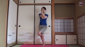 ヨガ 鷲のポーズ   Yoga Eagle Pose   YouTube.jpeg4